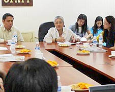 Teresita Quintos-Deles in talks with civil society members
