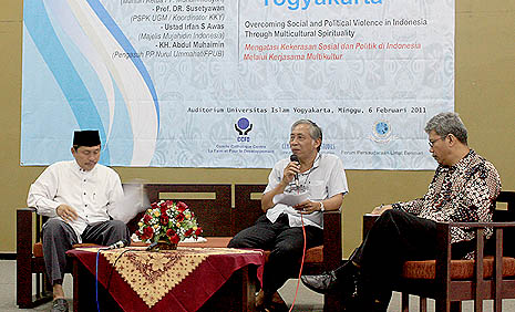 Abdul Muhaimin (far left) and Susetiawan (second from right) speak at the seminar