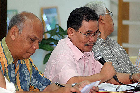 MILF panel chairman Mohagher Iqbal, center, stresses a point during a forum