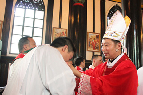 A priest kisses the ring of the illicitly-ordained Bishop Paul Lei Shiyin of Leshan (Internet photo)