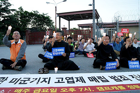 Benedictine friars protesting against alleged dumped defoliant (photo courtesy of Korean Federation for Environmental Movement of Daegu)