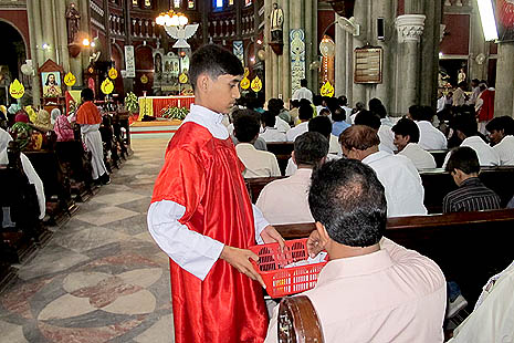 Altar boys handing over rosary shapes in Lahore Cathedral