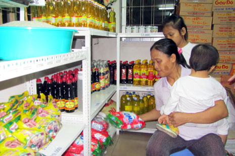Marie Hoang Thi Ngoc Oanh and her children buying food at the discount shop