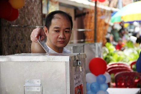 A Jakarta resident casts his vote in the first round in July