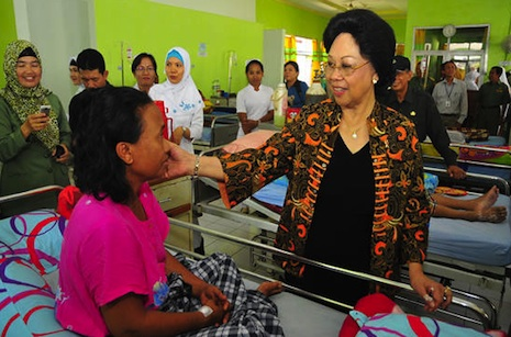 Health Minister Nafsiah Mboi visits a patient in hospital in Jakarta