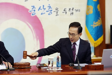 Outgoing President Lee Myung-bak at a cabinet meeting (courtesy of the Presidential Office)