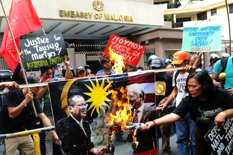 Protesters outside the Malaysian embassy in Manila. President Aquino's handling of the crisis has been criticized from several quarters (Photo: AFP)