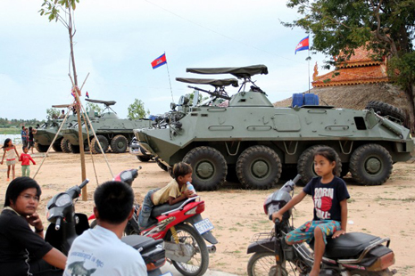 Armored vehicles, troops enter Cambodian capital