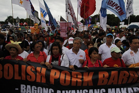 <p>Monday's protest has prompted President Aquino to renew his vow to tackle corruption (photo by Joe Torres)</p>