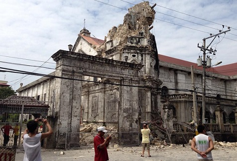 <p>Damage to the facade of the Basilica of the Holy Child in Cebu City. (Photo by Brian Gaviola)</p>