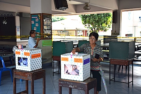 <p>A Thai voter casts her ballot at St John's Polytechnic School in Bangkok on Sunday (photo by Stephen Steele)</p>