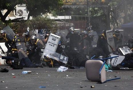 <p>Clashes between police and protesters entered a deadly new phase on Tuesday as the Anti-Corruption Commission announced that the PM would be charged (picture: AFP Photo/KC Ortiz)</p>