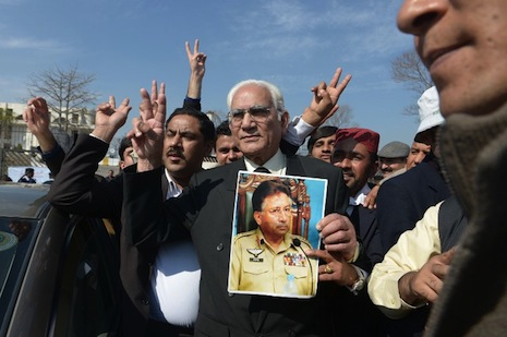<p>Musharraf supporters outside court (picture: AFP Photo/Farooq Naeem)</p>