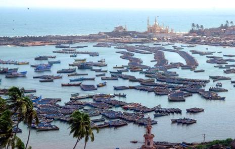 Indian fishermen divided over port