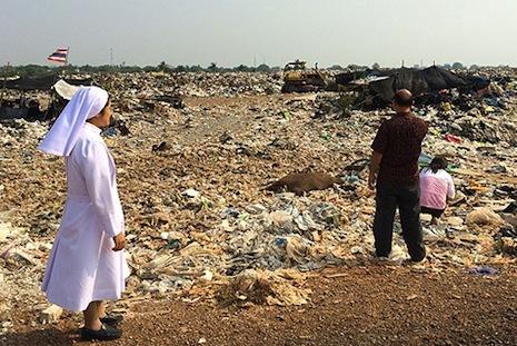 Thailand nuns bring aid to landfill scavengers