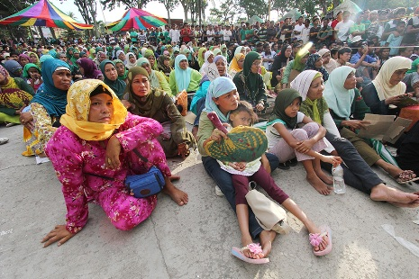 <p>People who have frequently been displaced by war in Mindanao watch the signing of the peace agreement between the government and rebels on March 27 (photo by Keith Bacongco)</p>
