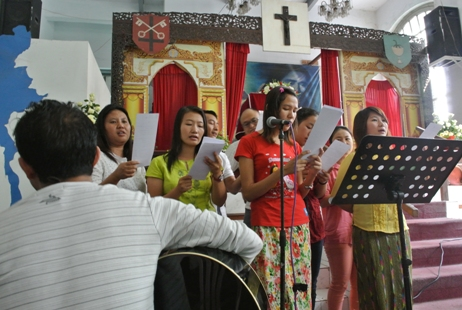 <p>Ethnic Lisu people sing hymns at the Immanuel Baptist Church in downtown Yangon.</p>