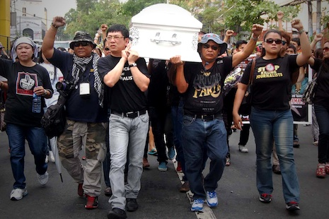 <p>Journalists carry the remains of reporter Rubilita Garcia in a &quot;march for justice&quot; in Manila&nbsp;<span class=&quot;aBn&quot; tabindex=&quot;0&quot; data-term=&quot;goog_685025684&quot;><span class=&quot;aQJ&quot;>on Tuesday</span></span>&nbsp;(photo by Edgar Rabulan)</p>
