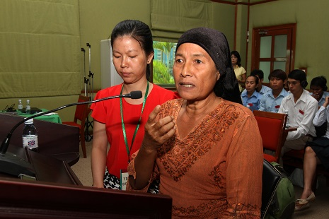 <p>A Cham Muslim woman tells non-judicial women's hearing of sexual abuse during testimony in 2013 (photo by Royal University of Phnom Penh)</p>