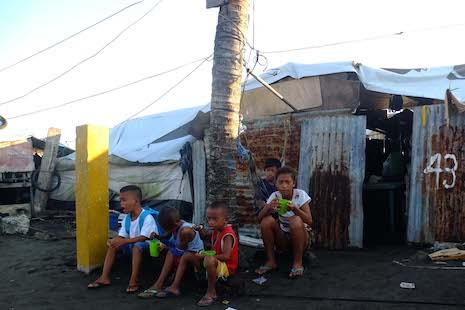 Philippine typhoon survivors accuse officials of blocking aid