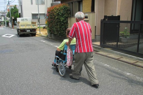 Burden of dementia weighing on more and more Japanese families