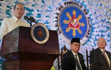 <p>President Benigno Aquino (left) and Moro Islamic Liberation Front&nbsp;chief Murad Ebrahim (center) at the signing of the peace agreement in March.</p>
