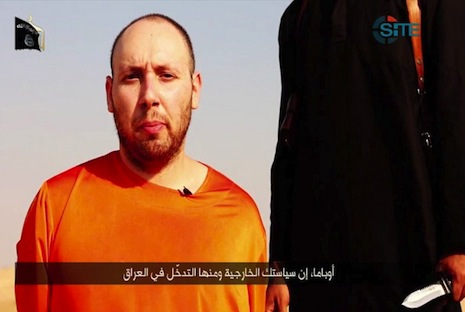 <p>Screengrab from video released by IS claims to show reporter Stephen Sotloff with his killer (picture: AFP Photo/HO/Site Intelligence Group</p>