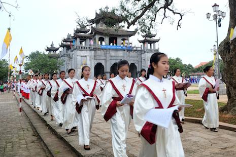 Filoni praises Vietnam's Catholic community