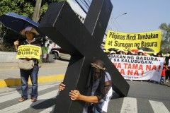 Filipino running priest leads protest against dumping