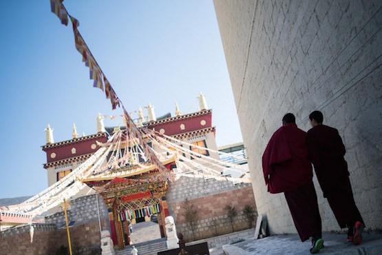 China tightens controls on Tibetan Buddhism