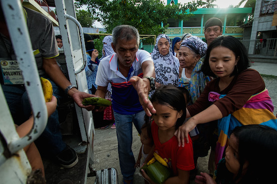 Christians provide hot meals to Muslim Marawi refugees