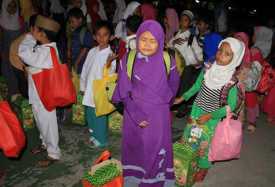 Indonesian Catholics help poorest Muslims celebrate Eid
