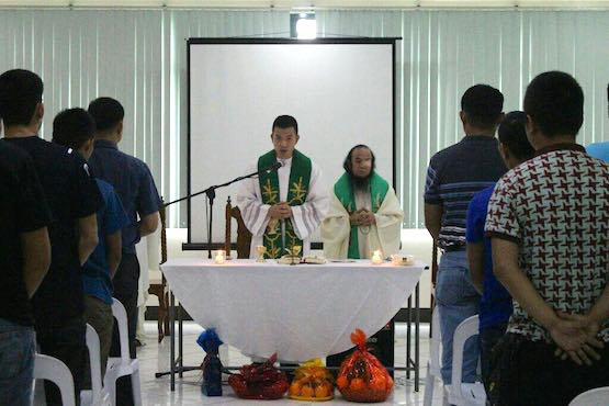 Freed Philippine priest celebrates first Mass since rescue