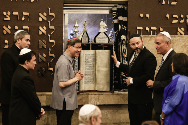 Tagle marks Israel-Vatican ties with synagogue visit