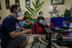 Bodies 'piling up' at Philippine hospital amid pandemic