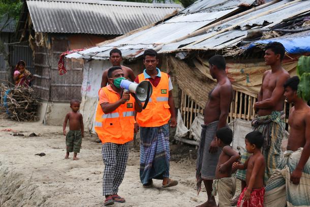 Huge cyclone set to batter Bangladesh and India