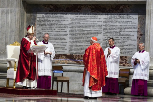 Canadian archbishop gets new pallium at same address, new archdiocese