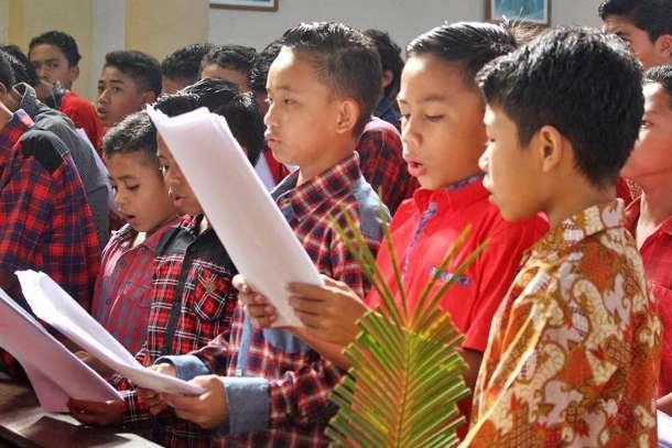 Alumni raise funds to mark Indonesian seminary's anniversary