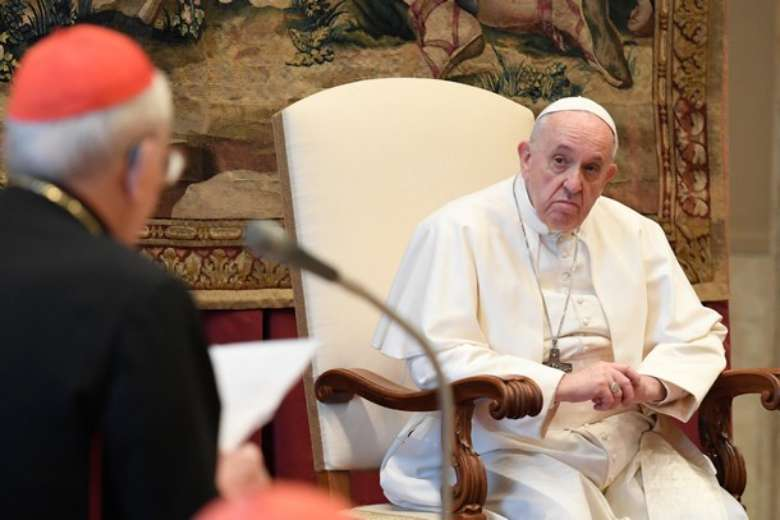 Learn from times of crisis, avoid conflict, pope tells Curia officials