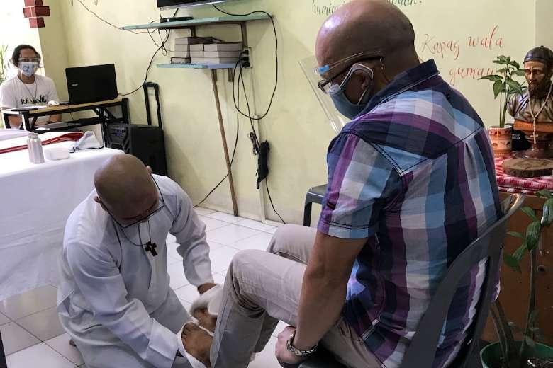Philippine priest washes feet of Manila street dwellers