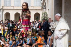 Pope meets unusual pilgrim with message of hope for refugees